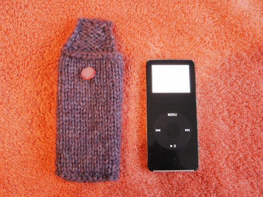 purple knitted ipod nano case with one irridescent pink button