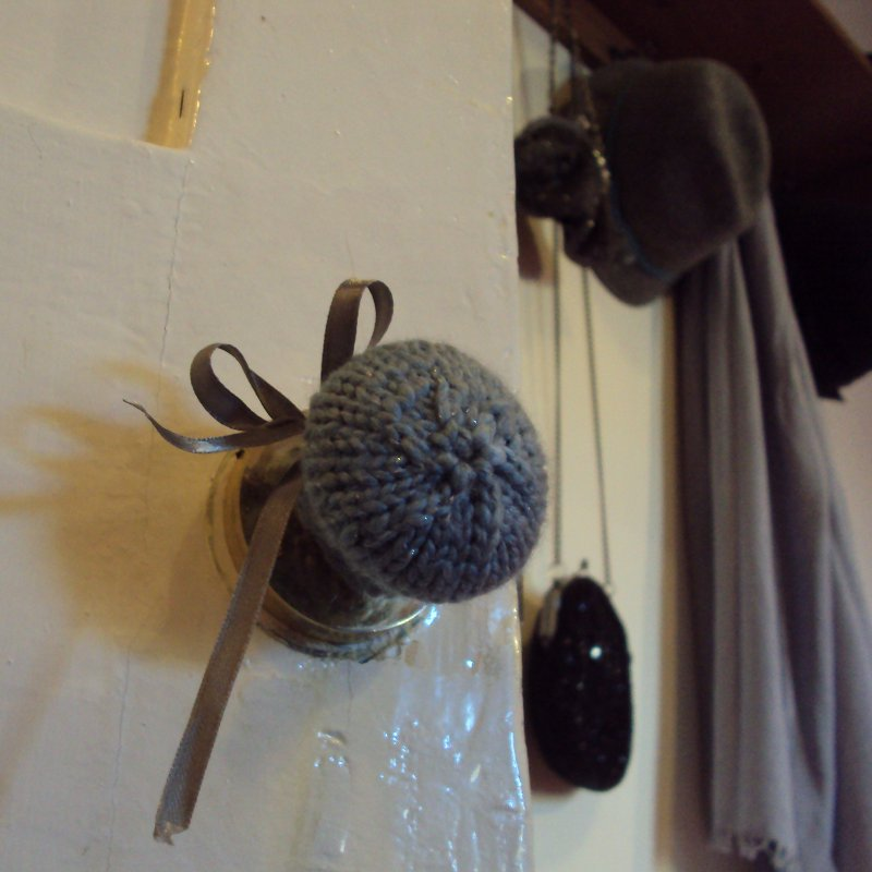 Knitted door handle cozy, with ribbon detail